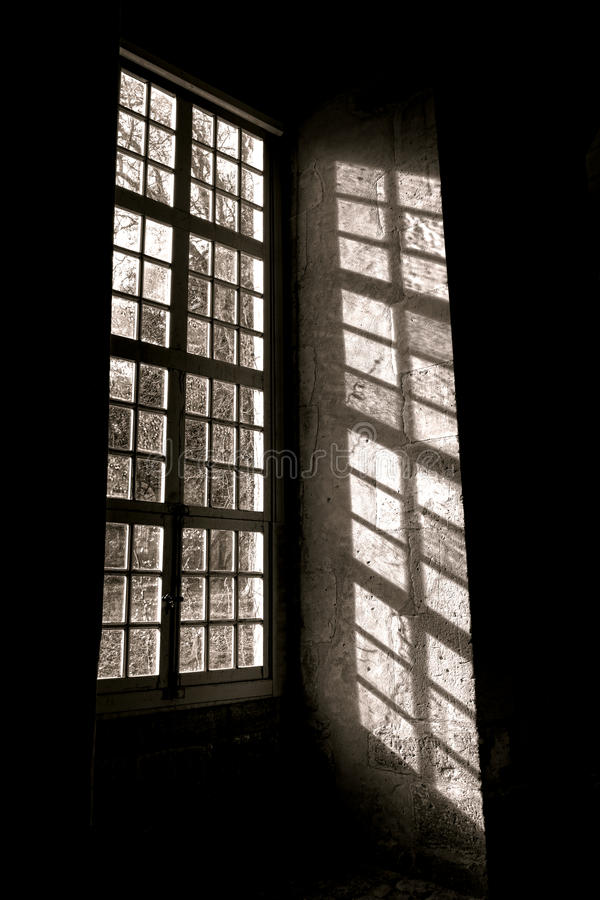Światło słoneczne przez Starego Antykwarskiego okno z cieniem zdjęcie stock