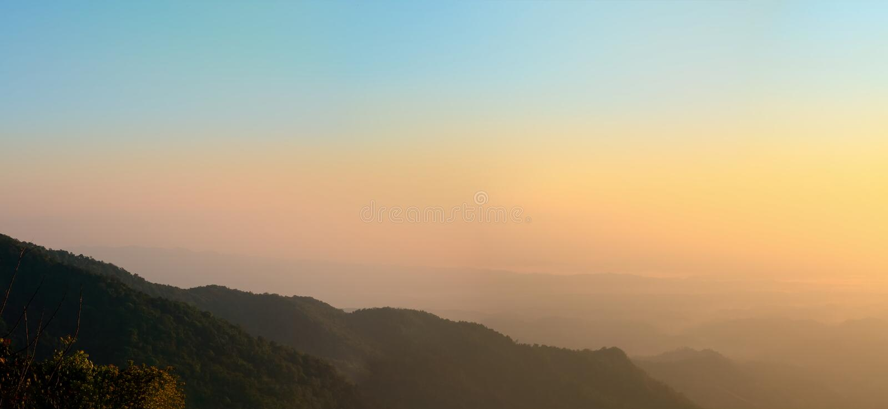 Światło słoneczne widok w ranku wokoło góry obrazy stock