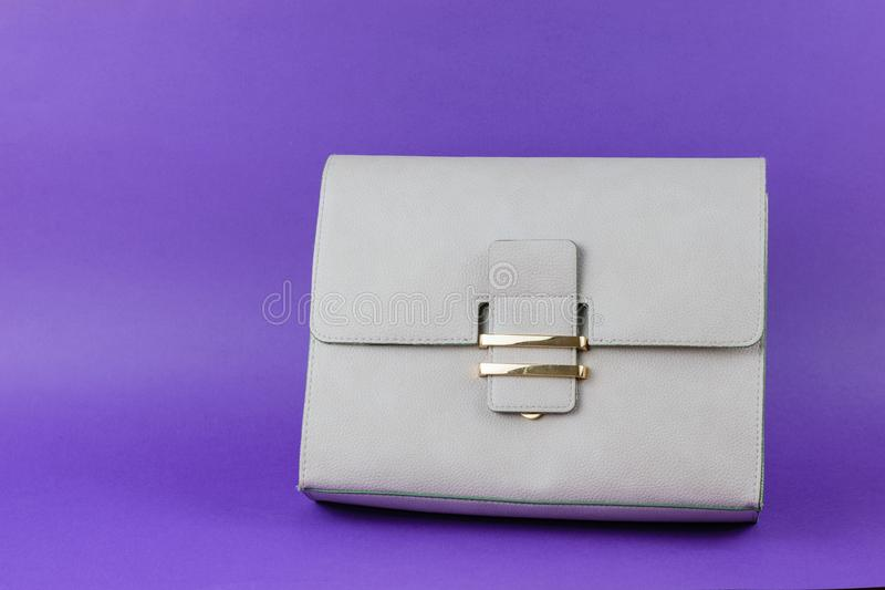 Światło - szara kobiety torba na jaskrawym purpurowym tle zdjęcie royalty free