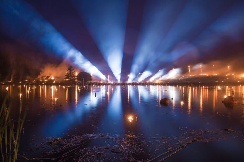 Światło tubki pokazują nad jeziorem - palący w płomieniach obraz stock