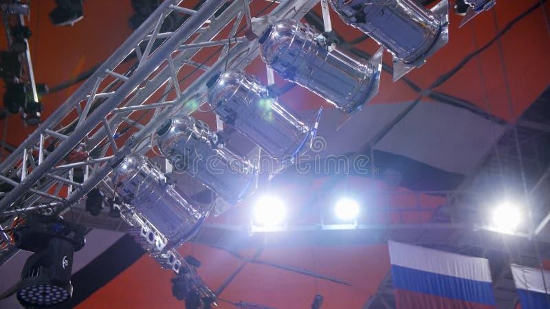 Światło Wiele światła reflektorów które iluminują scenę przy koncertem Reżyseruje światło reflektorów z Laserowymi promieniami pr obrazy royalty free