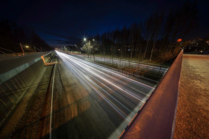 Światło wlec od samochodów na Kehä 1 przy Helsinki chwytał przy nocą z bardzo szerokim kąta obiektywem i długim ujawnie zdjęcia stock
