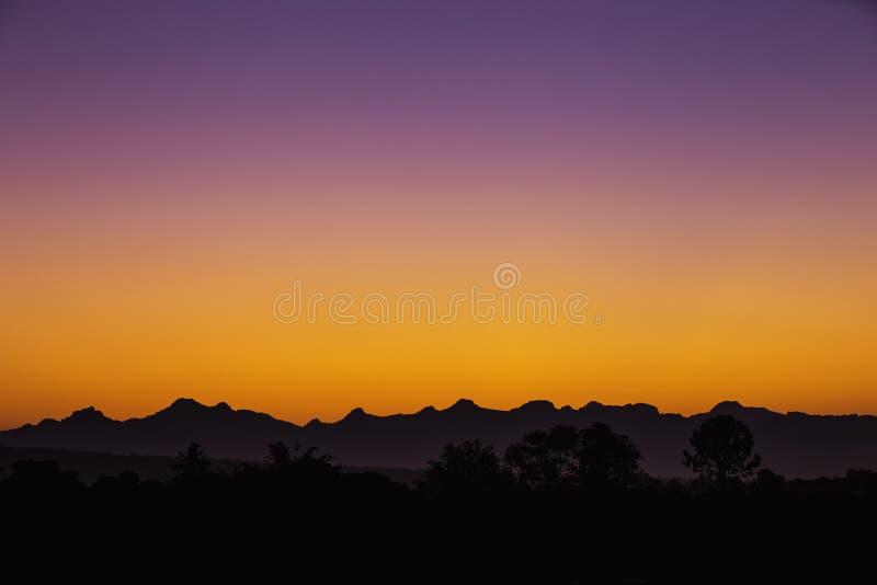 Światło zanim wschód słońca i góra cienie obraz royalty free