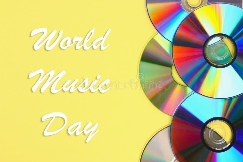 Świat, międzynarodowy muzyczny dzień Stosy starzy i brudni cd, DVD na pastelowym tle Używać i zakurzony dysk obraz royalty free