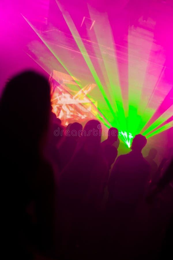 świateł laserów dancingowi ludzie zdjęcia stock
