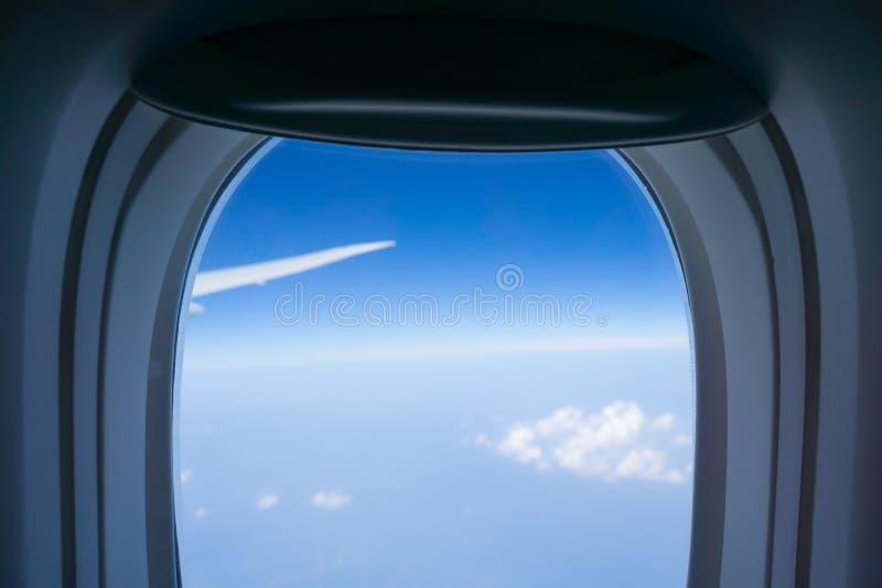 Światopogląd przez płaskiego okno podczas gdy podróżujący z nadokiennym surroun zdjęcie royalty free