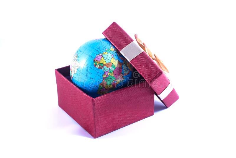 Światowa kula ziemska w prezenta pudełku zdjęcia stock