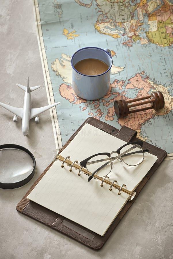 Światowa mapa z kawą na drewnianym stołowym odgórnym widoku obrazy stock