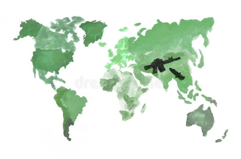 Światowa mapa zrobi z barwionymi akwareli farbami na białym papierze z uczestnictwem czarny zabawka pistolet i nóż Przeciw zdjęcie stock