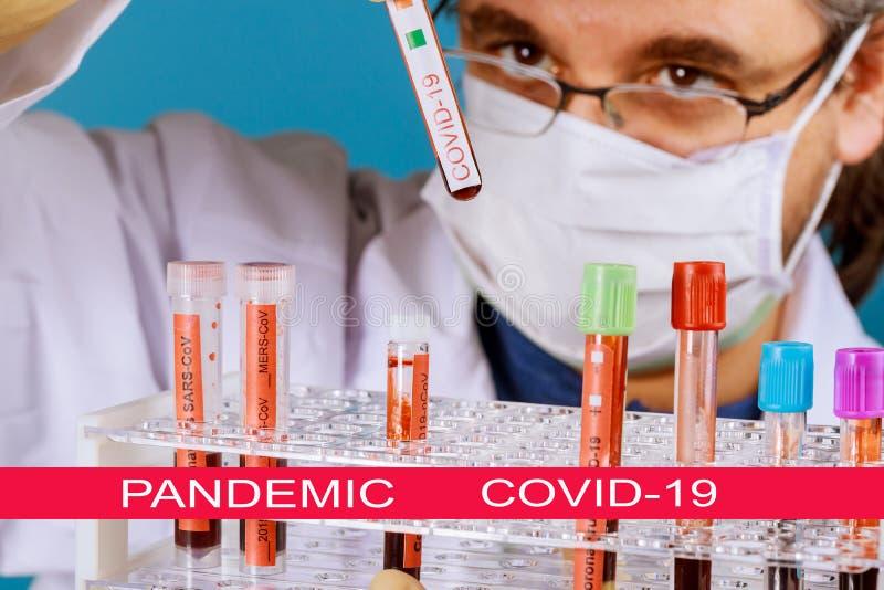 Światowa pandemia koronawirusami COVID- 19 Lekarz przechowuje w rękach próbki krwi CORONAVIRUS COVID- 19 Wirus Corona na na całym zdjęcia stock
