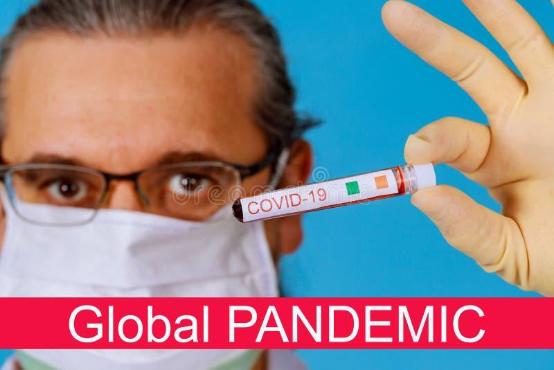 Światowa pandemia koronawirusami COVID- 19 zainfekowana próbka krwi w probówce w ręku lekarza zdjęcia stock