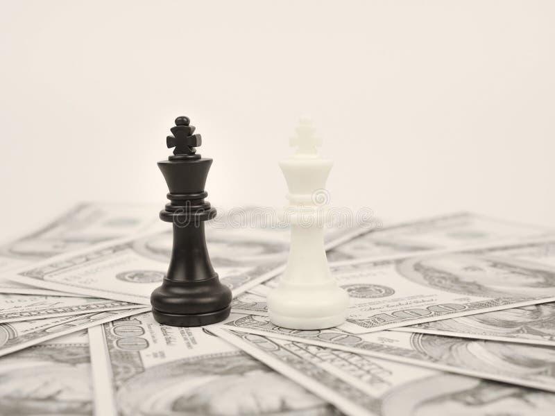 Światowa pieniądze gra czarnym zwycięzcy szachy królewiątkiem obraz royalty free