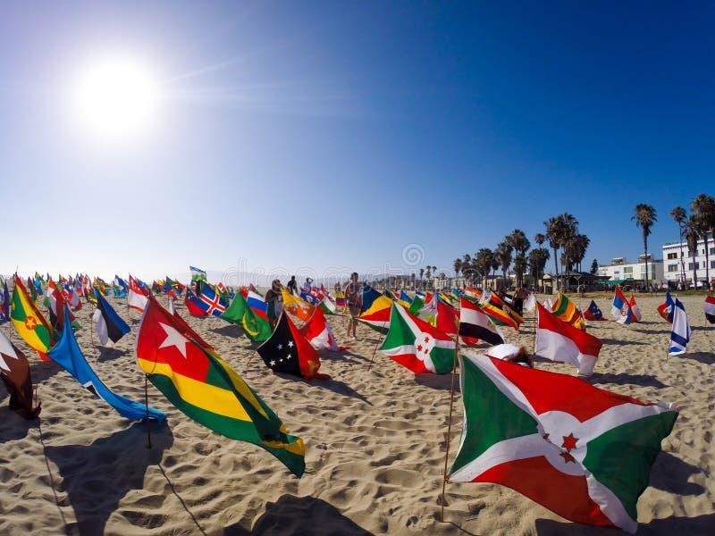 Światowe flaga w Wenecja plaży Promuje pokój fotografia royalty free