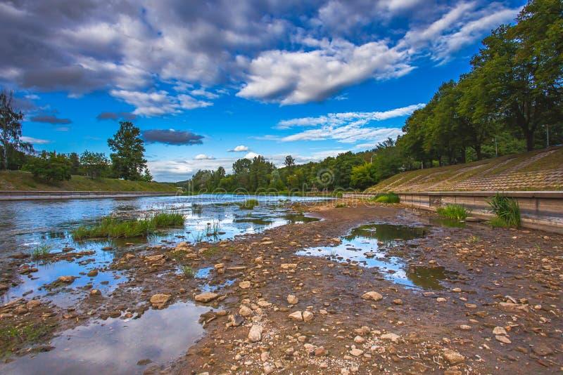 Światowy problem z globalnym ociepleniem, Farbująca Neris rzeka w Vilnius, Lithuania fotografia stock