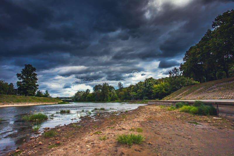 Światowy problem z globalnym ociepleniem, Farbująca Neris rzeka w Vilnius, Lithuania fotografia royalty free
