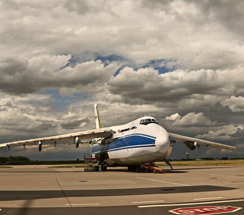 Światowy ` s ładunku samolotu Ruslan Rosja wielki formaintenance przy lotniskiem w Leipzig fotografia royalty free
