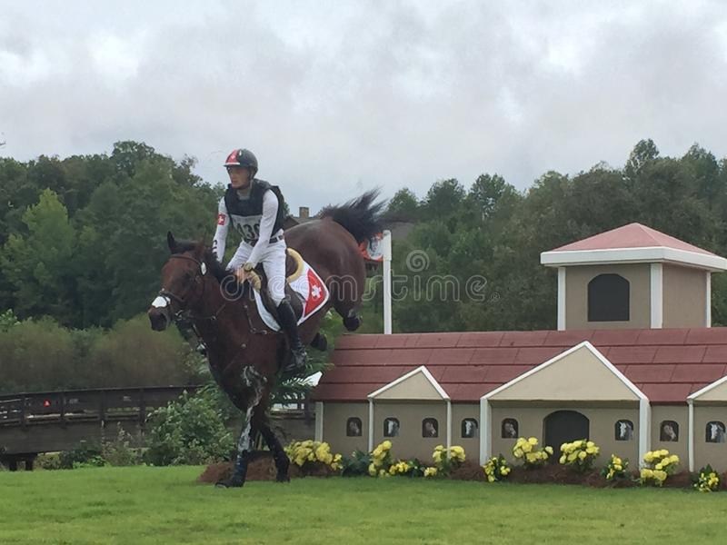 2018 światowych Equestrian gier - eventing przecinającego kraju dnia jeźdza doskakiwania dom ono fechtuje się zdjęcia stock