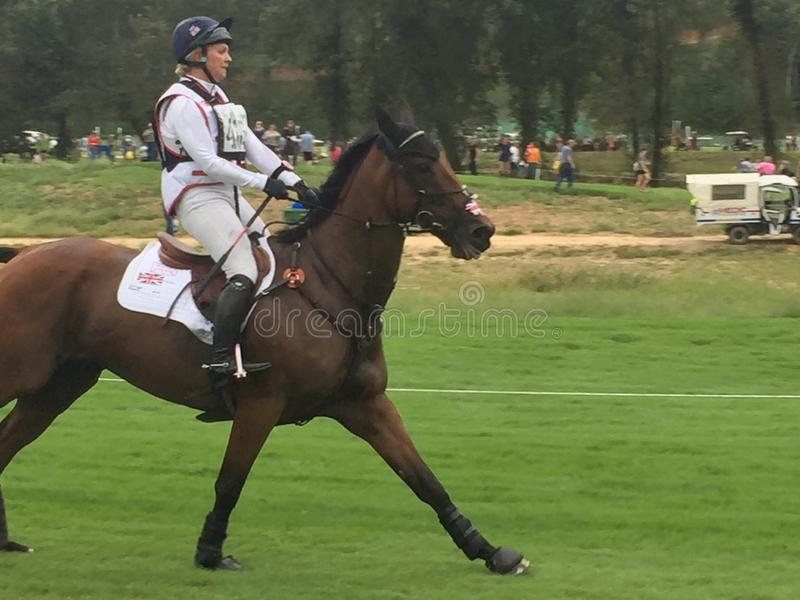 2018 światowych Equestrian gier - eventing przecinającego kraju dnia jeździec w galopującym pas ruchu zdjęcie stock