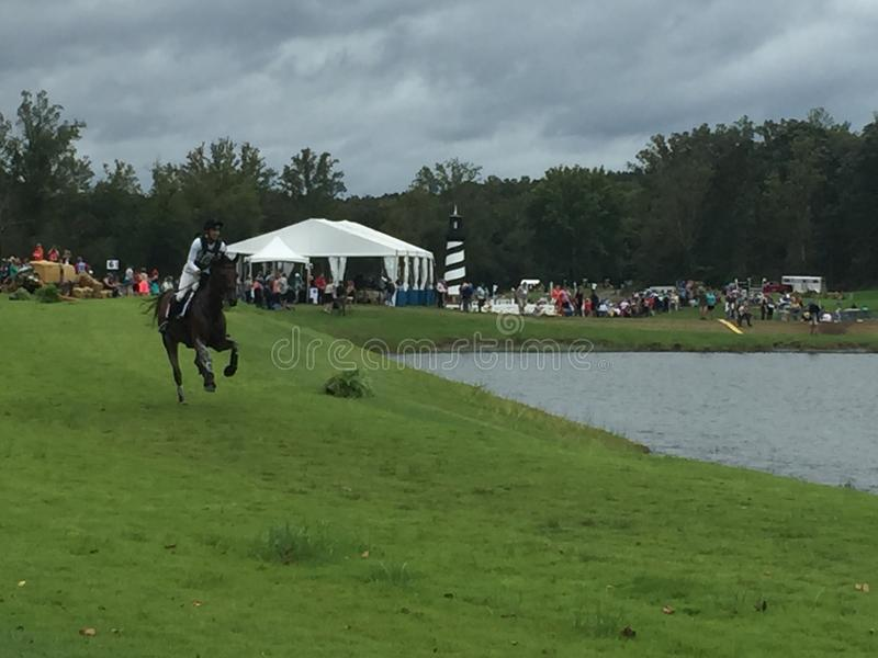 2018 światowych Equestrian gier - eventing przecinającego kraju dzień nawadnia powikłanego Nowa Zelandia jeźdza zdjęcie royalty free