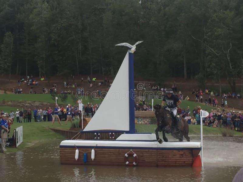 2018 światowych Equestrian gier - eventing przecinającego kraju dzień nawadnia powikłanego Nowa Zelandia jeźdza zdjęcia stock