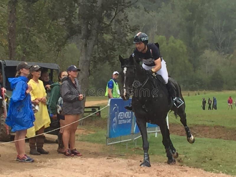 2018 światowych Equestrian gier - eventing przecinającego kraju dzień nawadnia powikłanego Nowa Zelandia jeźdza fotografia stock
