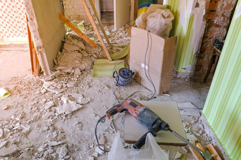 Świder na brudnej i zakurzonej podłoga w domu w budowie obraz stock
