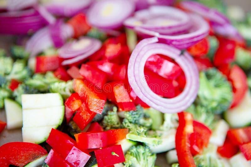Świeża cebulkowych pierścionków, brokułów, zuccini i czerwieni papryka, zdjęcie stock