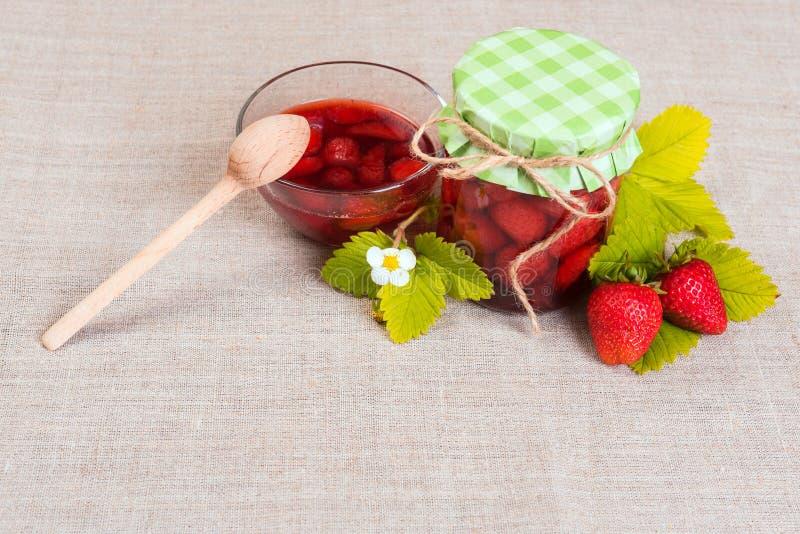 Świeża czerwona truskawka i dżem na tekstylnym tle zdjęcie stock
