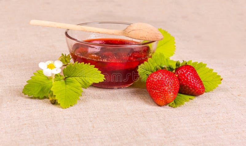 Świeża czerwona truskawka i dżem na tekstylnym tle zdjęcia stock
