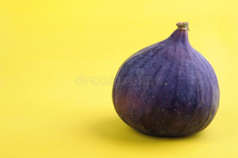 Świeża dojrzała figa na kolorze żółtym zdjęcia stock
