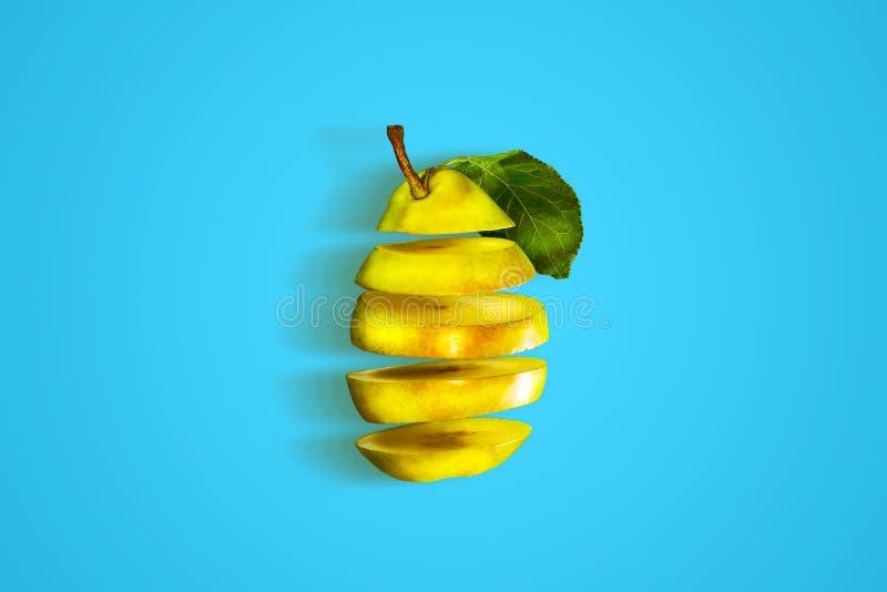 Świeża, dojrzała, rżnięta bonkreta na błękitnym tle, Naturalne organicznie owoc zdjęcia royalty free
