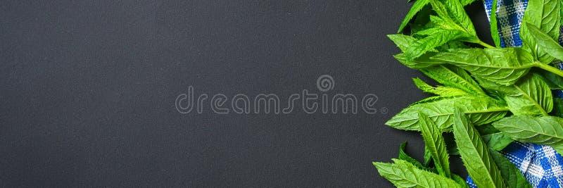 Świeża domowej roboty zielona miętówka na szarym zmroku betonu stole Odgórny widok fotografia royalty free