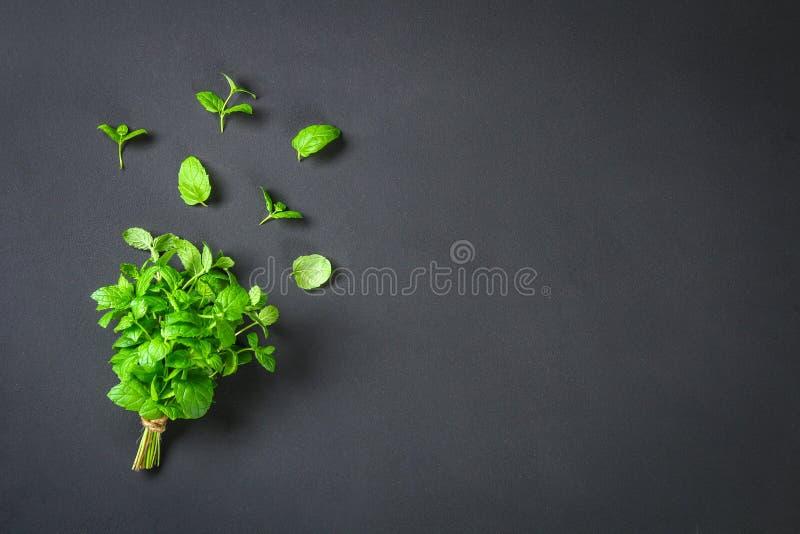Świeża domowej roboty zielona miętówka na szarym zmroku betonu stole Odgórny widok zdjęcia royalty free