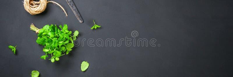 Świeża domowej roboty zielona miętówka z linową dratwą i starymi nożycami na szarym zmroku betonu stole Odgórny widok obrazy royalty free