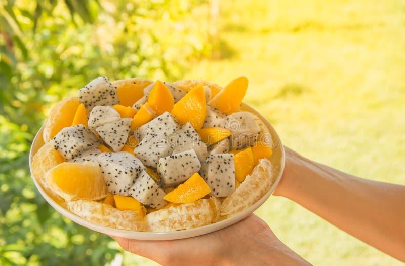 Świeża egzotyczna tropikalna owocowa sałatka z dragonfruit, mango i pomarańcze na talerzu, obrazy stock