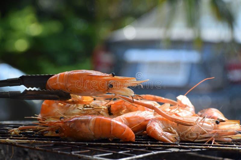Świeża garnela piec na grillu na płomiennym grillu Owoce morza obraz stock