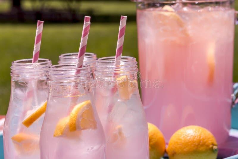 Świeża Gniosąca Różowa lemoniada na patiu zdjęcie royalty free