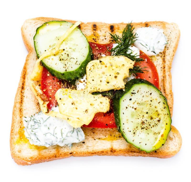 Świeża grzanka z chlebem, smażącymi jajkami, warzywami i śmietanką, isolat zdjęcia stock