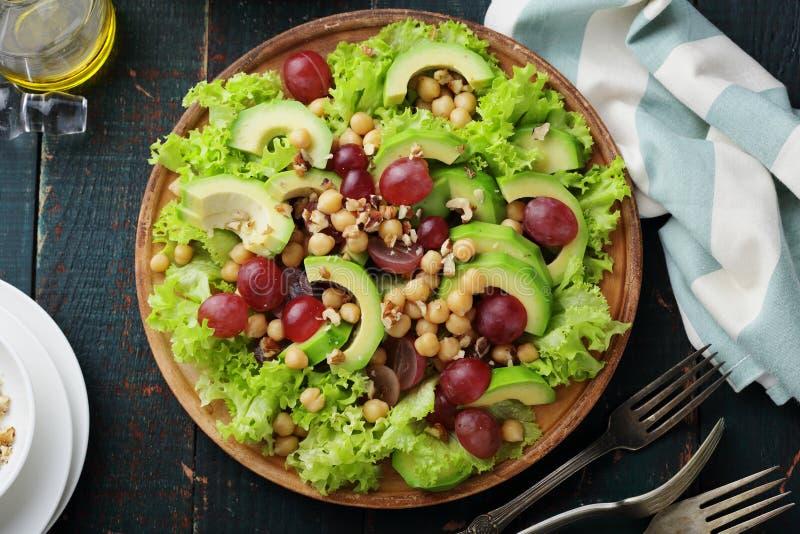 Świeża i zielona sałatka z avocado plasterkiem obraz royalty free