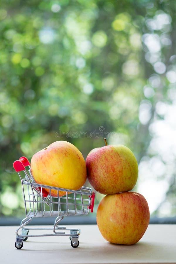 Świeża jabłczana czerwień na wózku na zakupy fotografia royalty free