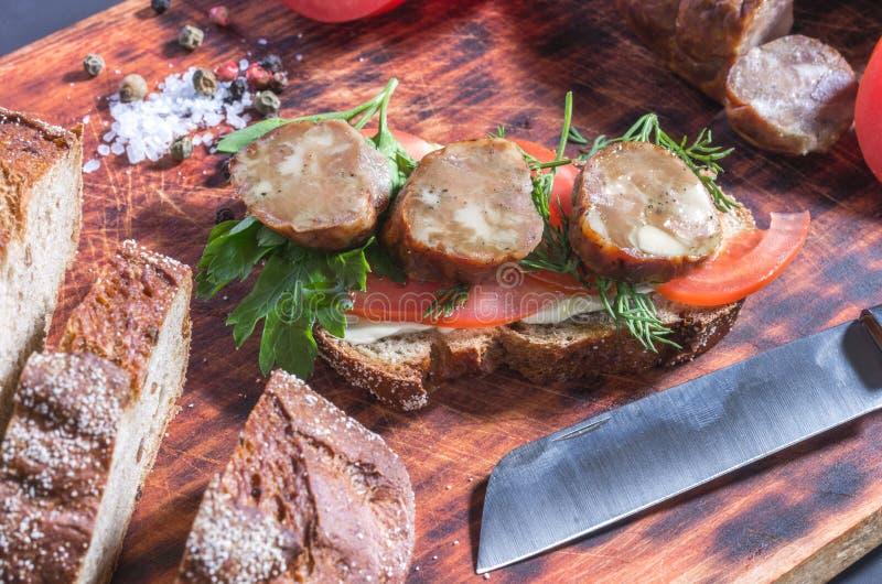 Świeża kanapka od domowej roboty produktów formata wysokiej wizerunku nożowej ilości surowy postanowienia kanapki strzał był zdjęcia stock