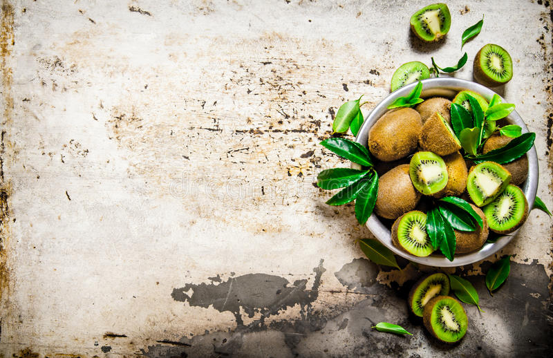 Świeża kiwi owoc w filiżance z liśćmi obrazy stock
