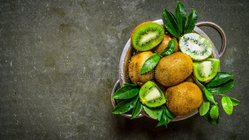 Świeża kiwi owoc w niecce z liśćmi zdjęcia stock