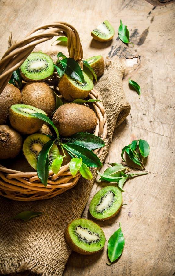 Świeża kiwi owoc w starym koszu z liśćmi obraz stock