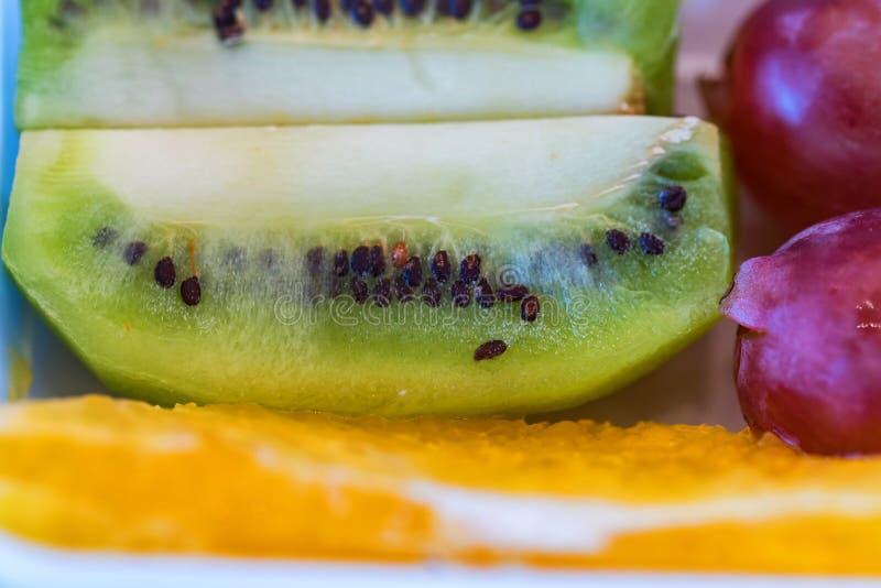 Świeża kiwi owoc, winogrona i pomarańcze zamknięci w górę, fotografia royalty free