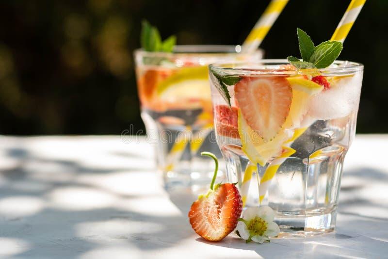 świeża koktajl truskawka Świeży lato koktajl z truskawką i kostkami lodu Szkło truskawkowy sodowany napój na zmroku zdjęcia stock
