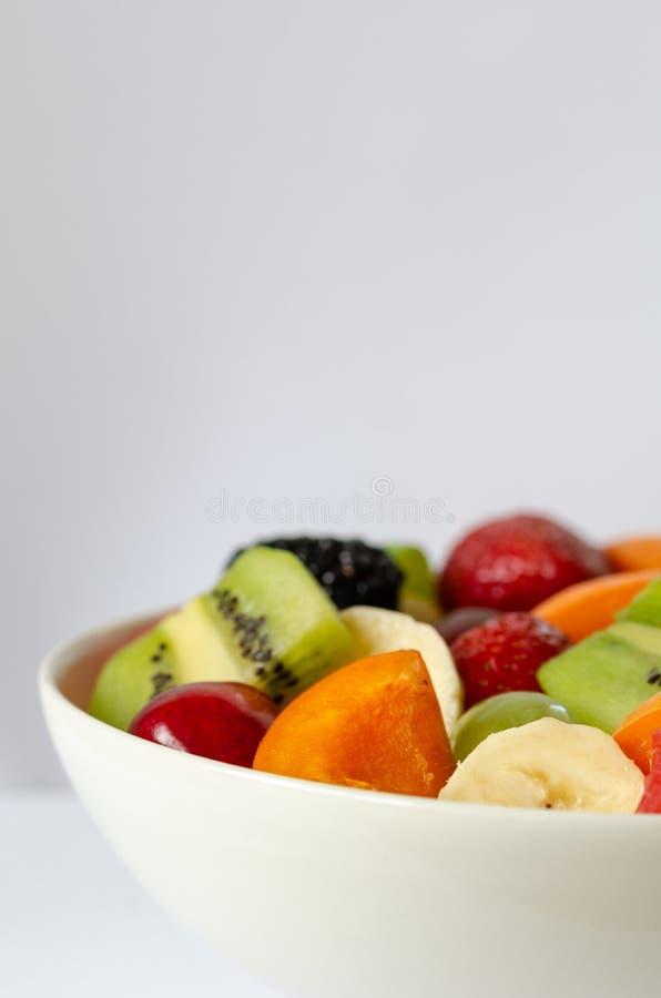 Świeża kolorowa owocowa sałatka na białym tle zdrowego żywienia zdjęcia royalty free