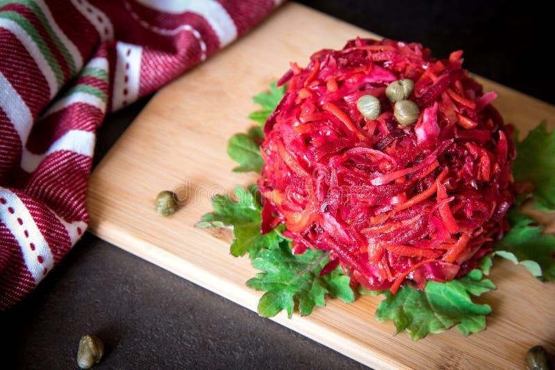Świeża kolorowa sałatka: buraki, marchewki, kapusta słuzyć na drewnianej desce Jarosza o zdrowy karmowy pojęcie fotografia stock
