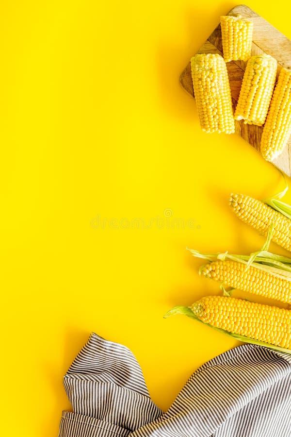 Świeża kukurudza jako rolny jedzenie na żółtej tło odgórnego widoku przestrzeni dla teksta zdjęcia royalty free