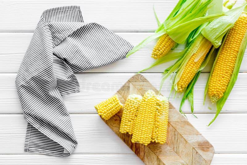Świeża kukurudza jako rolny jedzenie na białego drewnianego tła odgórnym widoku fotografia royalty free